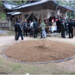 村の大国神社では豊作を祈願する神事が行われます。役員の皆さんは正装で出席です。土俵では子供相撲が催されます。