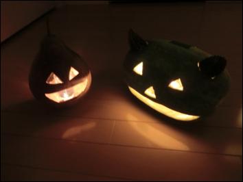 照明を点けるとケルト人の悪霊払いと言われるハロウィンの雰囲気が醸し出されます。
