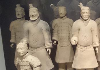 中国全土を初めて支配した秦の始皇帝の墓の側から発掘された兵士や馬車の俑(副葬人形)です。